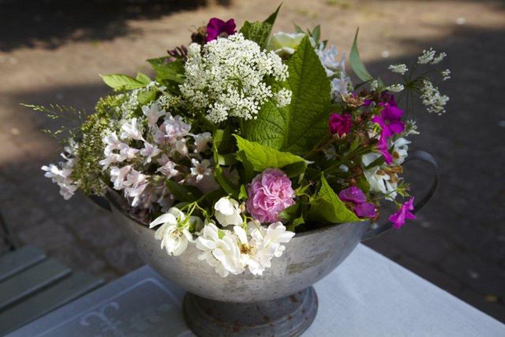 Permalink til:Butte rosenknopper og fuldt udsprungne roser kombineres ofte med vildte græs og blomster